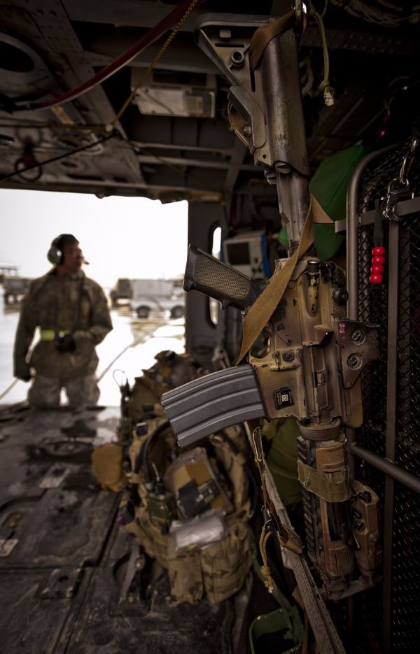 m4-carbine-mounted-in-uh60-helicopter.jp