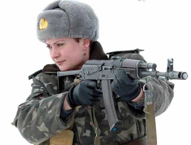 woman-with-ak-74